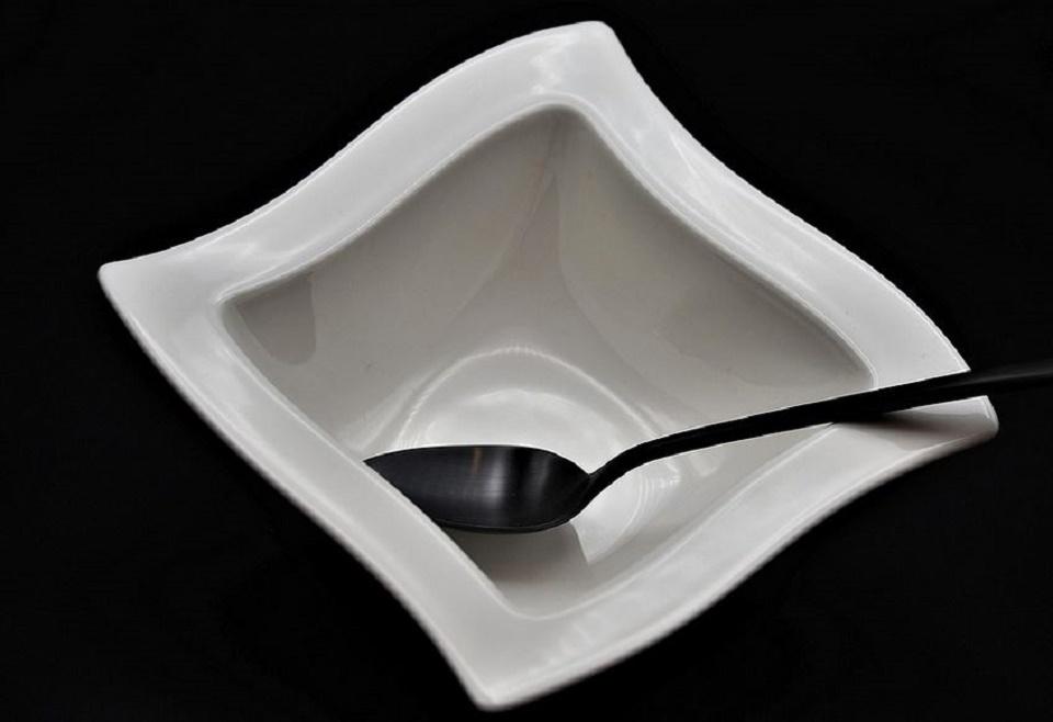 Assiette design en porcelaine blanche